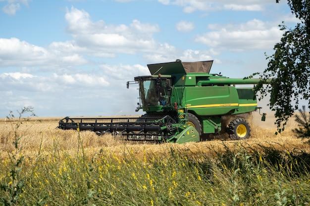 26.07.2020 rússia, região de bryansk. colheitadeira agrícola verde. maquinaria agrícola para colheita. conceito de agricultura