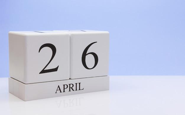 26 de abril dia 26 do mês, calendário diário na mesa branca com reflexão