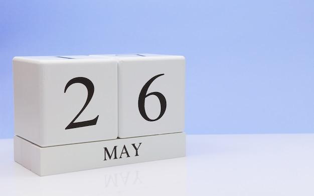 26 de maio dia 26 do mês, calendário diário na mesa branca