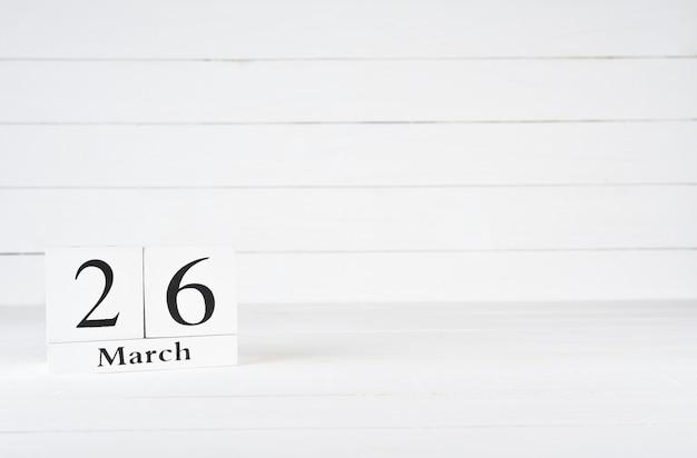 26 de março, dia 26 do mês, aniversário, aniversário, calendário de bloco de madeira sobre fundo branco de madeira com espaço de cópia para o texto.
