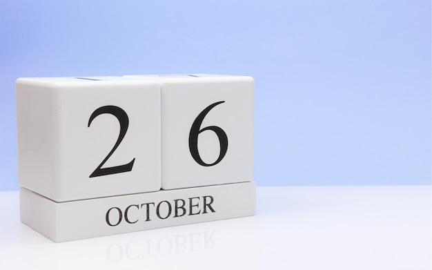 26 de outubro dia 26 do mês, calendário diário na mesa branca