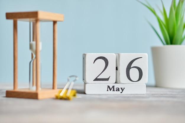 26 vigésimo sexto dia conceito de calendário do mês de maio em blocos de madeira.