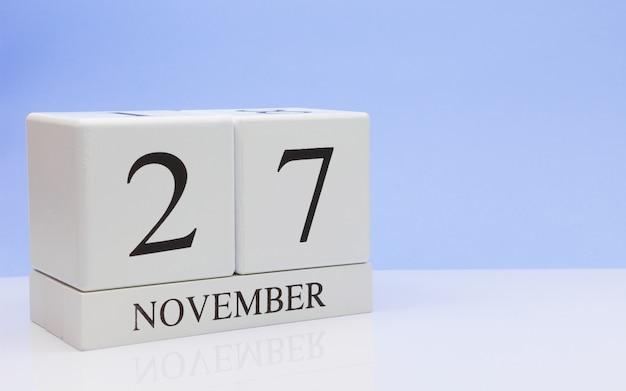 27 de novembro dia 27 do mês, calendário diário na mesa branca com reflexão