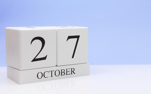 27 de outubro dia 27 do mês, calendário diário na mesa branca