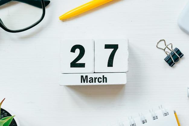 27 vigésimo sétimo dia de março do calendário do mês da primavera.