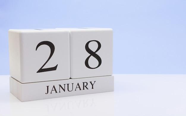 28 de janeiro dia 28 do mês, calendário diário na mesa branca com reflexão