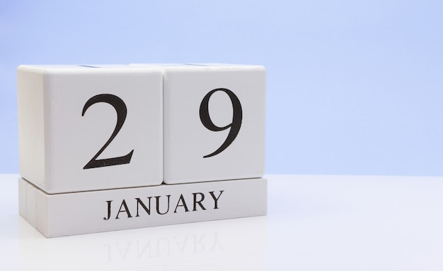 29 de janeiro. dia 29 do mês, calendário diário na mesa branca com reflexão