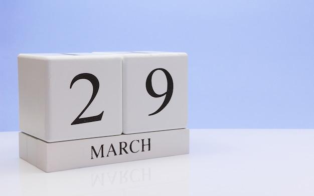 29 de março dia 29 do mês, o calendário diário na mesa branca.