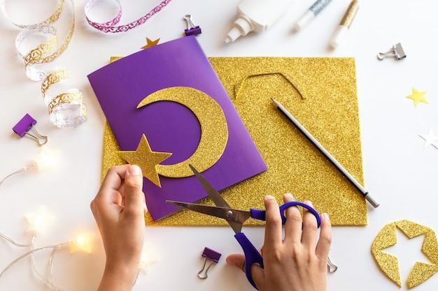 3 cartão diy ramadan kareem com lua crescente dourada e uma estrela.