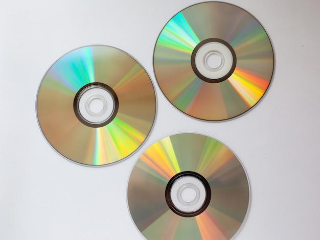 3 disco cd compactado espalhados com música em um fundo branco close-up