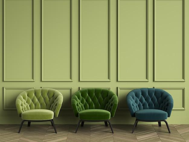 3 poltronas verdes adornadas no interior clássico, com espaço para texto. paredes verdes com molduras. espinha de peixe em parquet