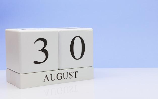 30 de agosto dia 30 do mês, calendário diário na mesa branca