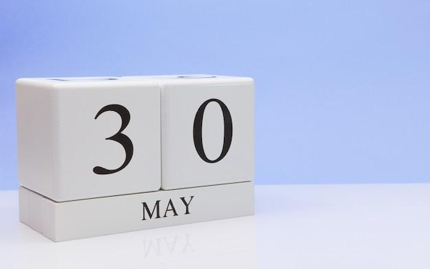 30 de maio dia 30 do mês, calendário diário na mesa branca