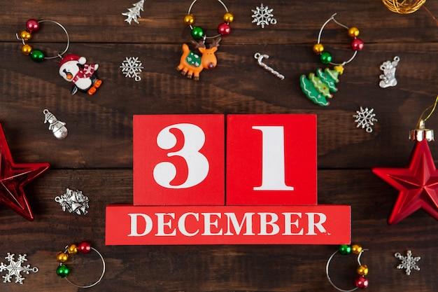 31 de dezembro - data do conceito de véspera de ano novo com cubos vermelhos e closeup de decorações de natal