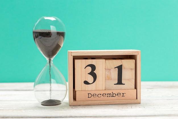 31 de dezembro, dia 31 do mês no calendário de madeira, calendário no local de trabalho