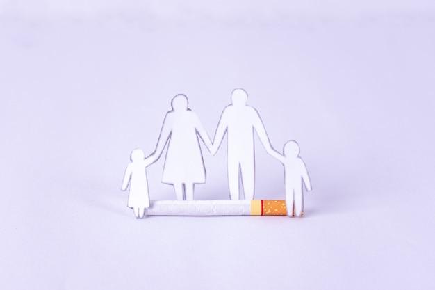 31 de maio dia mundial sem tabaco. cigarro e figura familiar.