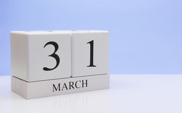 31 de março. dia 31 do mês, o calendário diário na mesa branca.