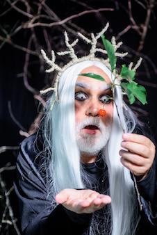 31 de outubro. diabo de halloween com maquiagem profissional. homem de halloween. homem diabo na noite de halloween. homem barbudo pronto para a festa. rostos de homem de terror. decoração de halloween e conceito assustador.
