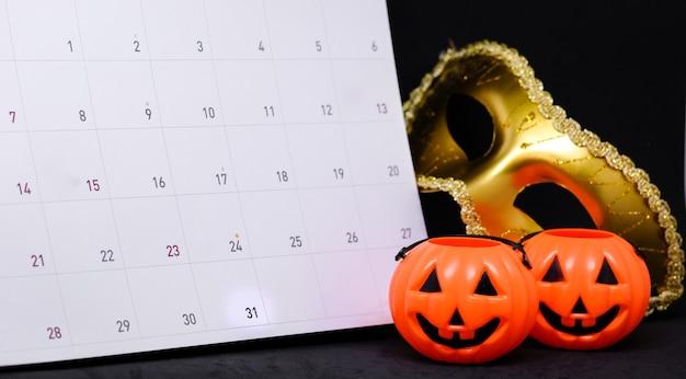 31 de outubro no calendário com fantasia mistério máscara de ouro e abóbora assustadora
