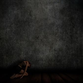 3d rendem de um interior do grunge com parede de concreto e piso de madeira com ajoelhada feminina no chão