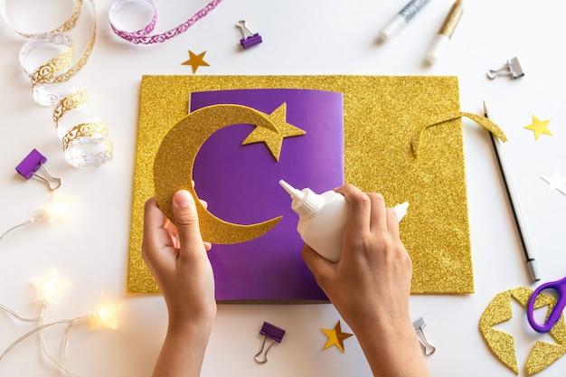 4 cartão diy ramadan kareem com lua crescente dourada e uma estrela