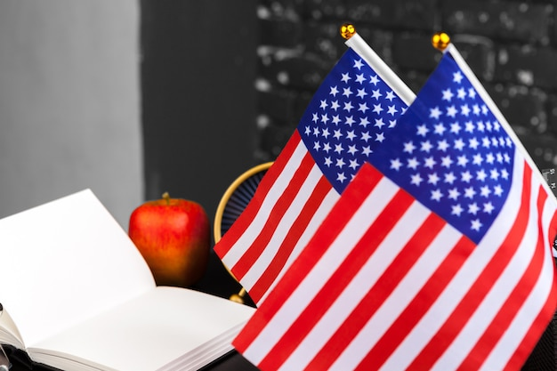 4 de julho dia da independência americana eua sinalizadores decorações em mesa de escritório com computador