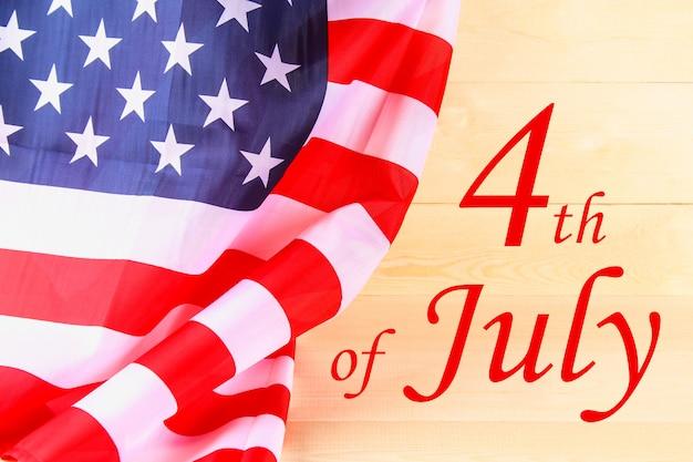 4 de julho feliz dia da independência texto na bandeira dos estados unidos da américa.