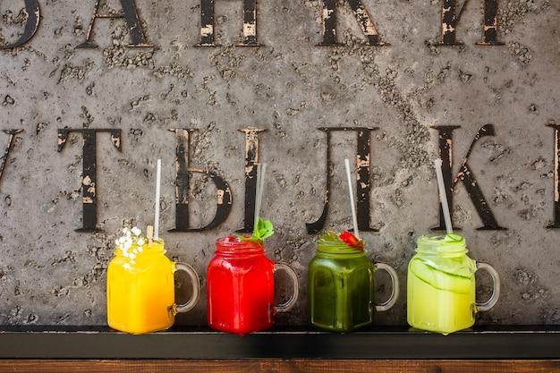 4 limonadas de verão refrescantes diferentes em frascos