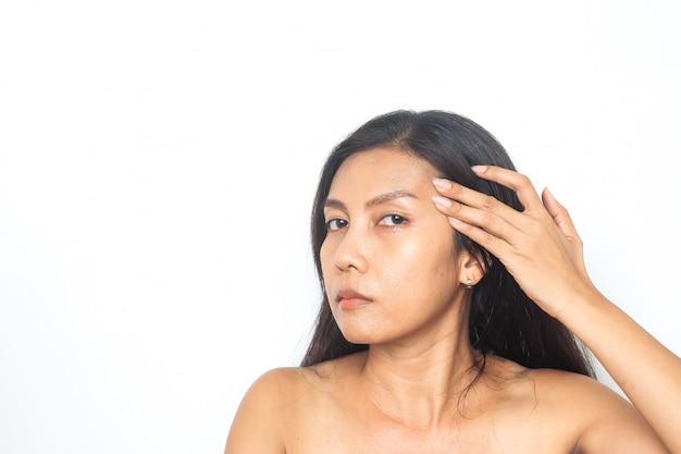 40-49 anos mulher asiática tem problemas no rosto. beleza e saúde. cirurgia
