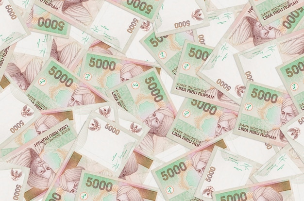 5.000 notas de rupias indonésias estão na pilha grande. parede conceitual de vida rica. grande quantidade de dinheiro