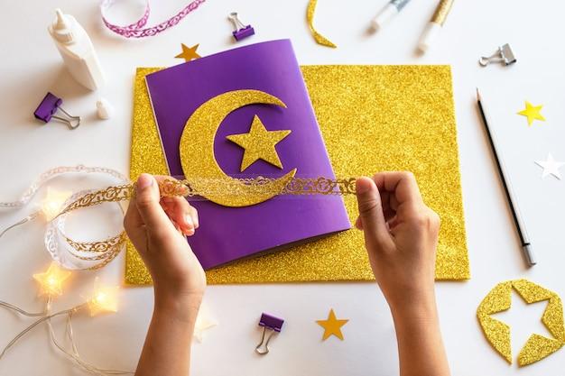 5 cartão de ramadã kareem diy com lua crescente dourada e uma estrela.