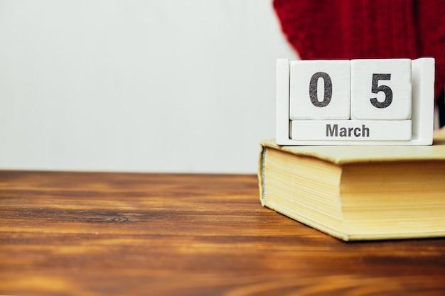 5 quinto dia da marcha do calendário do mês da primavera com espaço de cópia.
