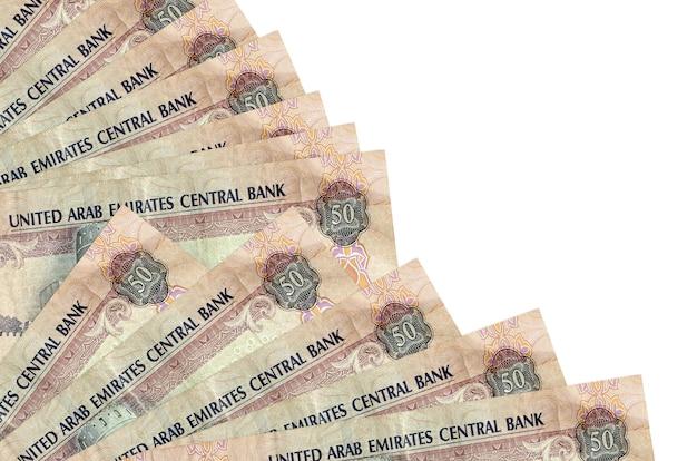 50 notas de dirhams dos emirados árabes unidos encontram-se isoladas no branco