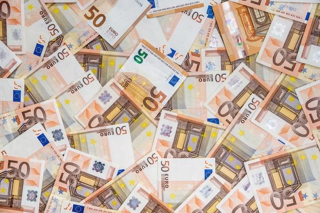 50 notas de euro novas e antigas como pano de fundo