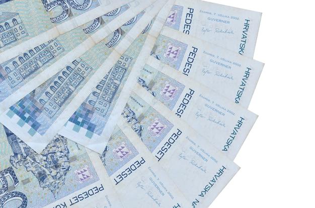 50 notas de kuna croatas encontram-se isoladas no fundo branco, com espaço de cópia empilhados em forma de leque.