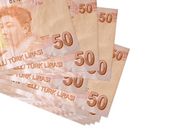 50 notas de liras turcas estão em um pequeno grupo ou pacote isolado no branco
