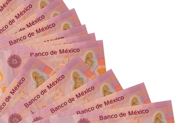 50 notas de pesos mexicanos encontram-se isoladas na parede branca com espaço de cópia empilhados no ventilador close-up. conceito de tempo de pagamento ou operações financeiras