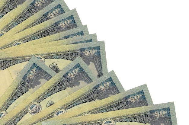 50 notas de rúpias nepalesas encontram-se isoladas em um fundo branco com espaço de cópia empilhados em um ventilador.