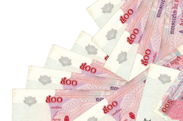 500 contas de riels cambojanos encontram-se em ordem diferente, isolado no branco. banco local ou conceito de fazer dinheiro.