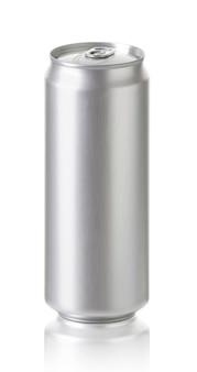 500 ml. latas de alumínio isoladas no branco