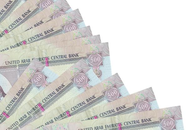 500 notas de dirhams dos emirados árabes unidos encontram-se isoladas no branco