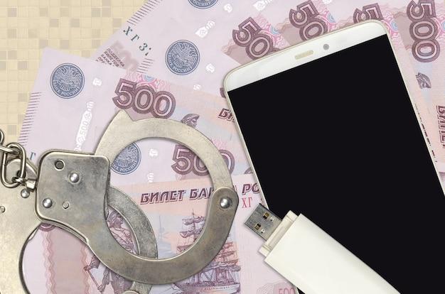 500 notas de rublos russos e smartphone com algemas policiais
