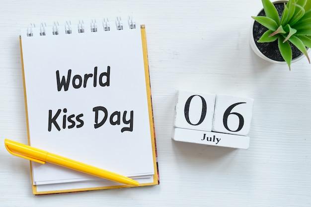 6 de julho dia mundial do beijo dia 6 de conceito de calendário mês em blocos de madeira.