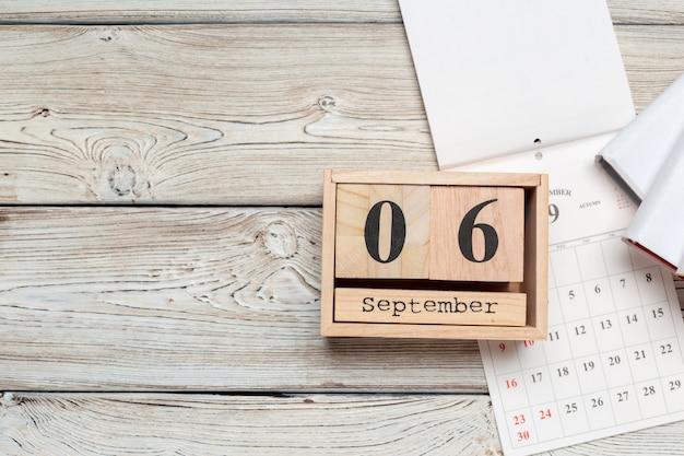 6 de setembro calendário de superfície de madeira na superfície de madeira