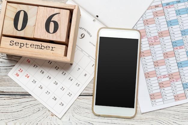 6 de setembro. imagem de 6 de setembro calendário de madeira na mesa de madeira. dia de outono