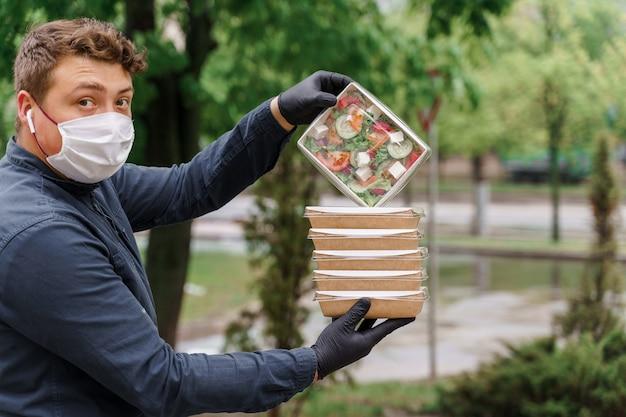 6 saladas verdes naturais em caixas ecológicas. talheres descartáveis biodegradáveis.