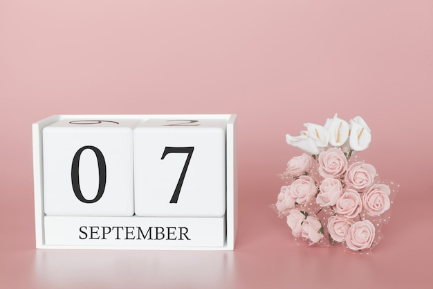 7 de setembro dia 7 do mês. calendar o cubo no fundo cor-de-rosa moderno, no conceito do negócio e em um evento importante.