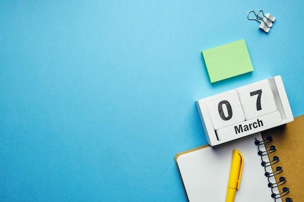 7 sétimo dia de março no calendário com material de escritório