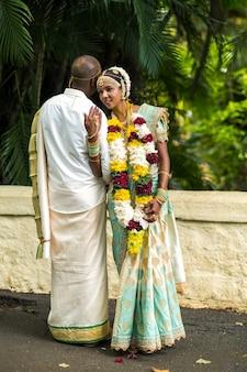 8 de dezembro de 2019.maurício. os noivos em trajes nacionais da maurícia no jardim botânico na ilha de maurício