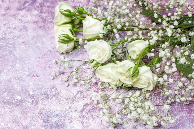 8 de março - cartão do dia da mulher com flores brancas, doces e uma xícara de chá